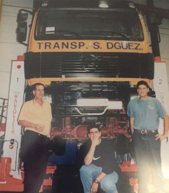 Juan Sánchez con sus dos hijos y un camión de la flota de TRansportes Sánchez