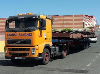 Camión transportando plataforma