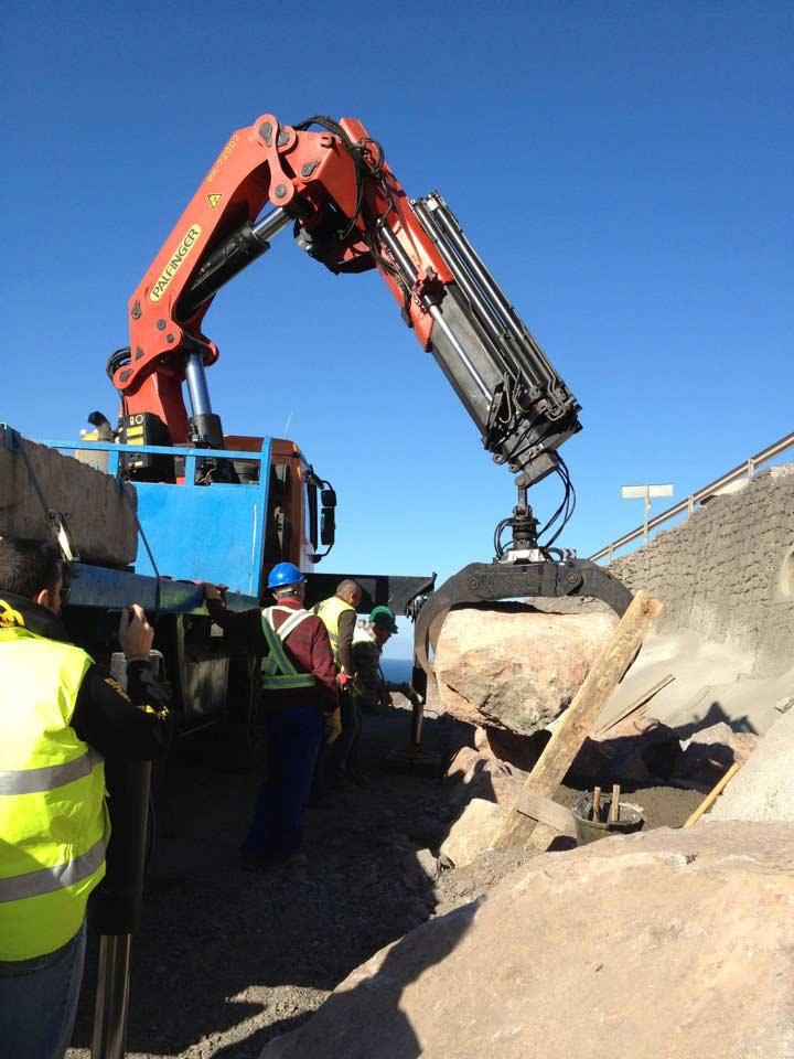 Colocación de piedras con pulpo  - Transportes Sánchez